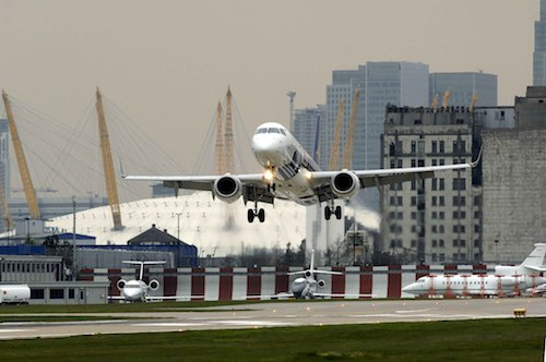 Embraer 190 au décollage de London City Airport.