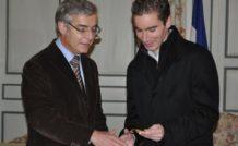 Hervé Maurey, sénateur-maire de Bernay, a remis la médaille de la ville à Sébastien Vignes, le 26 novembre 2010.