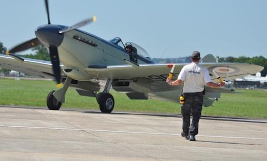 Anna Walker aux commandes du Supermarine Seafire Mk XVII