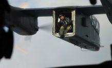 Le photographe Katushiko Tokunaga dirige la manoeuvre depuis le Bronco OV-10