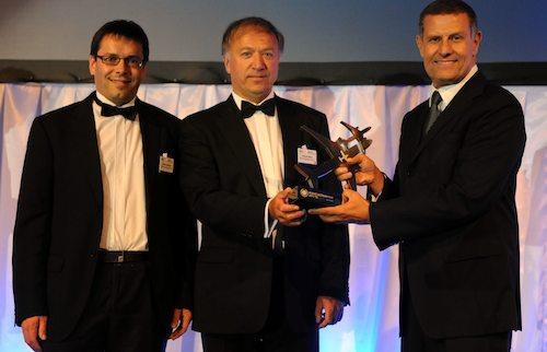 Nicolas Notebaert (à gauche), Président de Vinci Airports et Aéroports du Grand Ouest, et François Marie (au centre), Directeur de l'aéroport Nantes Atlantique, se sont vus remettre le trophée du meilleur aéroport européen
