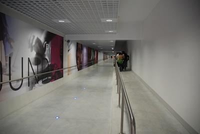 Une galerie partiellement enterrée de 400 m de long relie le satellite T3 à l'aérogare de l'aéroport Lyon-Saint Exupéry