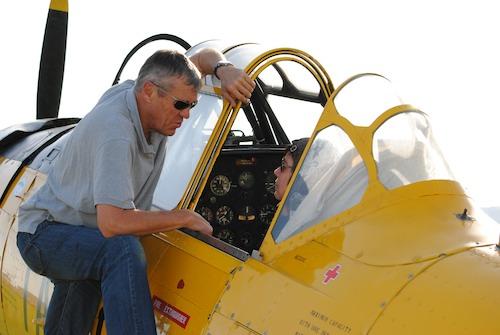 Jacques Aboulin « briefe » son passager avant le vol sur le T6 d'Aérorétro
