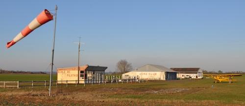 Les batiments sur l'aérodrome d'Argentan, avec au premier plan, le club-house en mauvais état des