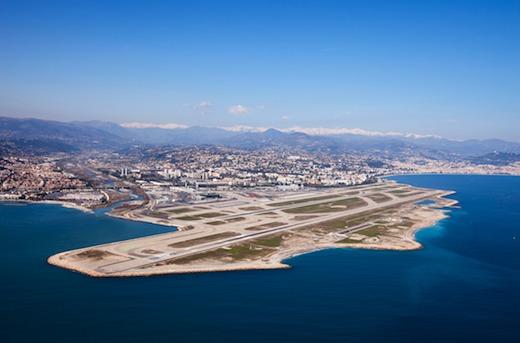 L'aéroport Nice Côte d'Azur reste un pilier d'attraction autant pour le tourisme que pour les affaires, grâce au territoire concentrant une palette d'évènements internationaux porteurs de trafic sur tout 2012