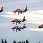 La Patrouille Aguilas de Ejercito del Aire (Armée de l'Air Espagnole) est l'une des seules à maîtriser l'atterrissage en formation.