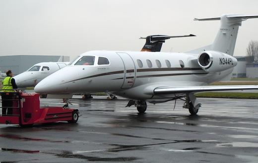 Le nouveau Phenom 300 de Colibri Aviation, au Bourget sous la pluie...