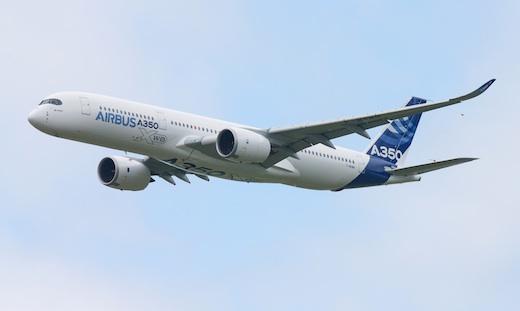 2. L'élégant et majestueux A350XWB d'Airbus dans le ciel du 50ème salon du Bourget.