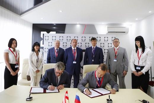 Christian Dries, président de Diamond Aircraft, et Sergey Chemezov, PDG de Rostec, ont signé leur accord de partenariat pendant le salon du Bourget