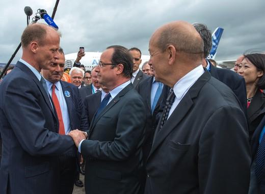 2. Le président Hollande remercie chaleureusement Thomas Enders, président d'EADS, de lui avoir offert ce petit plaisir…