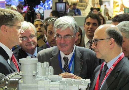 2. De gauche à droite : John Garrison, pdg de Bell, Marc Ventre et Jean-Paul Herteman, respectivement n°2 et n°1 du groupe Safran, et Pierre Moscovici, ministre de l'Economie et des Finances.