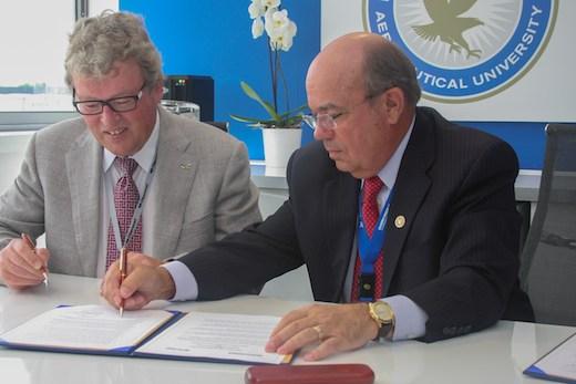 Christian Dries, PDG de Diamond Aircraft et John P. Johnson, président de l'université d'Embrry-Riddle ont signé au salon du Bourget un accord de partenariat
