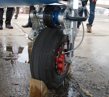La roue arrière est entrainé par un petit moteur électrique de seulement 6 kW.