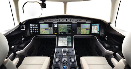 Cockpit EASy, HUD grand format Elbit, commandes de vol digitales intégrales… le Falcon 5X est à la pointe de l'innovation