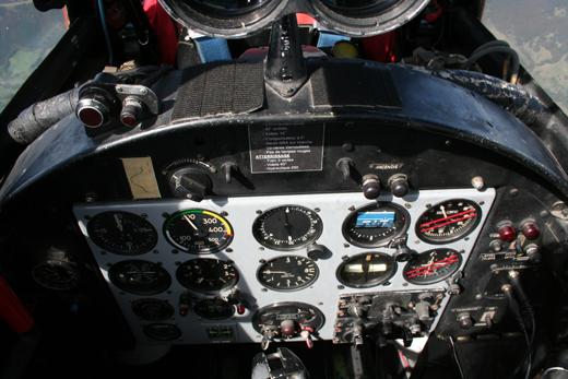 L'étroitesse du cockpit est compensée par une visibilité exceptionnelle, même à l'arrière : on profite vraiment du spectacle