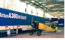 Le Morane Saulnier G2013 dans les soutes du bateau à son arrivée à Saint Nazaire