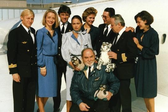 Le 25 octobre 1989, sur l'aile du Concorde F-BVFB, Edouard Chemel avec un léopard en peluche offert...</p></noscript>    <div class=