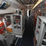 La cabine du Fokker 100 de DGA EV, avec les kilomètres de cables dans leurs gaines oranges.