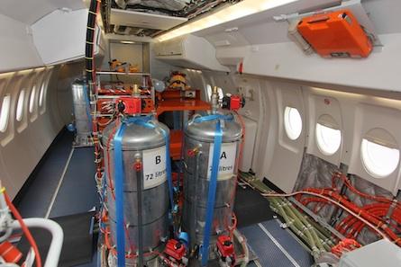 Le Fokker 100 de DGA EV est équipé de ballasts dans le cadre des vols de certification.