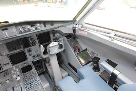 Sur la console de droite du Fokker 100 de DGA EV, le minimanche et l'écran permettant de prendre la main sur une charge utile.