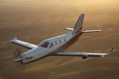 Le TBM900 affiche une vitesse de croisière maximale de 330 kts (611 km/h) à l'altitude de 28 000 ft.