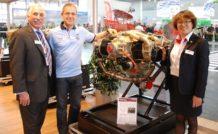 Franck Doyen (au centre), chef de l'équipe Big Frog, en compagnie de Tian Shan, directrice du développement international de Continental Motors et de Bill Stromberg (Continental Motors)