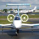 Didier Esteyne a effectué la première présentation en vol publique de l'E-Fan, le 25 avril 2014, à Bordeaux-Mérignac.