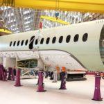 Dans l'usine de Biarritz, la section arrière du fuselage présentée sur le tronçon central