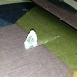 Des éclats de fibrociment de la toiture ont créé de nombreuses déchirures sur l'entoilage.