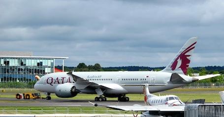 Le Boeing 787 de Qatar Airways cherche sa place sur le parking.