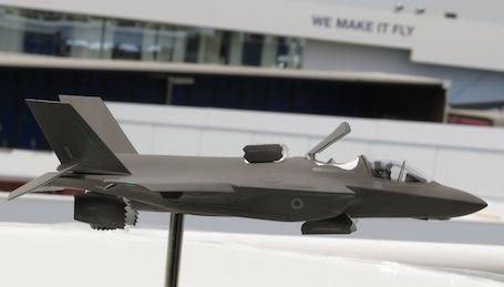 ... Et le Lockheed Martin F-35 risque fort de rester l'Arlésienne de ce salon : on en aura beaucoup parlé mais il reste cloué au sol aux Etats-Unis.