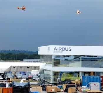 Les Breitling Wingwalkers s'entraînent au-dessus du chantier...