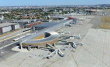 Vue aérienne de l'aéroport de Toulouse-Blagnac. Au premier plan le satellite d'embarquement du Hall D.