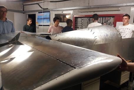 Les élèves de l'ISAE autour du Zenair 601, à l'aéro-club de Revel