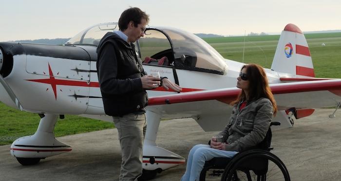 1. Briefing avant vol entre Dorine Bourneton et son instructeur voltige Romain Vienne, devant le Cap10 de l'AVA équipé d'un malonnier