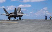 Cette vue arrière montre bien l'inclinaison de la tuyère, avec un effet de souffle redoutable du F-35B sur le revêtement du pont d'envol.