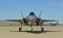 Le F-35A au roulage. Avant même le décollage, le F-16D est dans ses six heures ! Consternant…