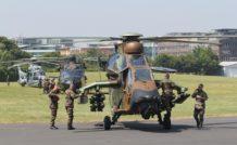 14 juillet 2013 : avant de rejoindre les Invalides, les appareils se retrouvent quelques minutes à Issy les Moulineaux. Au premier plan un Tigre HAD, suivi d'un NH90 Caïman et d'un H225M Caracal « Air »