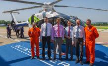 De gauche à droite : Michael Schulz, ingénieur navigant d'essais, Marius Bebesel, responsable du programme Bluecopter, Jean-Brice Dumont, directeur industriel d'Airbus Helicopters, Stefan Thomé, directeur industriel Allemagne, Wolfgang Schoder, président d'Airbus Helicopters Allemagne et Volker Bau, chef-pilote d'essais Allemagne;