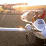 L'arrivée de Hugues Duval, à Calais, après sa traversée de la Manche en avion Cricri électrique
