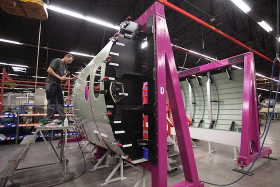 Assemblage de panneaux de fuselage de Falcon 5X pour Dassault Aviation dans l'usine de Reims-Prunay