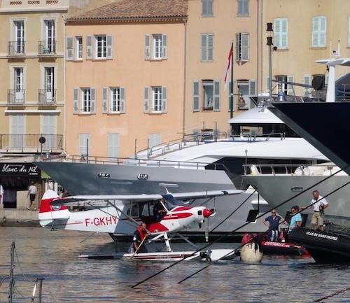 Un hydravion au milieu des yatchs de Saint-Tropez