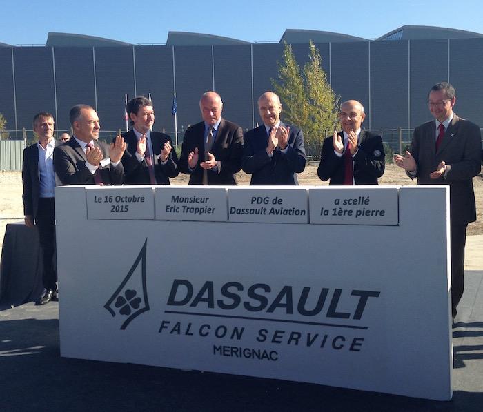 Eric Trappier, PDG de Dassault Aviation et Jean Kayanakis, directeur général de Dassault Falcon Service entourés des élus locaux