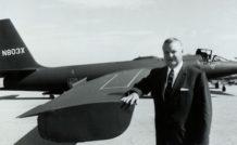 Une figure de légende, Clarence « Kelly » Johnson, ingénieur vedette de Lockheed, devant l'un des premiers U-2 fabriqués.