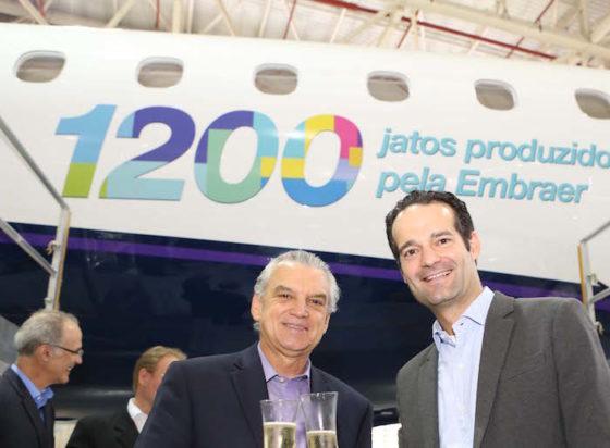 Paulo Cesar Silva ( à gauche), PDG d'Embraer Commercial Aviation et Antonoaldo Neves, président d'Azul devant le 1.200e E-Jet livré par Embraer.