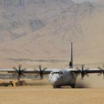 Un C-130J au décollage depuis une piste en terre en Afghanistan. Cinquante ans plus tôt, les premiers C-130 opérationnels participaient aux barbouzeries de la CIA non loin de là, au Pakistan…