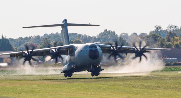 Pendant trois semaines, l'A400M a décollé, atterri et a manoeuvré sur la piste en herbe de l'aérodrome d'Ecury-sur-Coole (Marne)