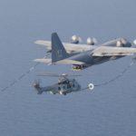 Un H225 Caracal de l'armée de l'Air en ravitaillement sur un KC-130H des Marines au large de Djibouti. Les loadmaster prennent le frais sur la rampe arrière et profitent du spectacle…