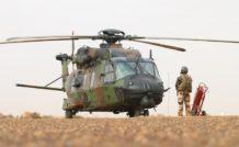 Un mécanicien navigant participe à la mise en route d'un Caïman, au Mali. L'Alat a été de tous les combats ces dernières années.