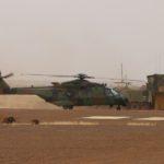 Ce Caïman roule devant une tour de contrôle de campagne déployée à Bamako et armée par des contrôleurs de la sécurité aérienne de l'Alat et de l'armée de l'Air.